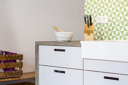 Design Küche Beton Multiplexfronten mit Grifflöchern